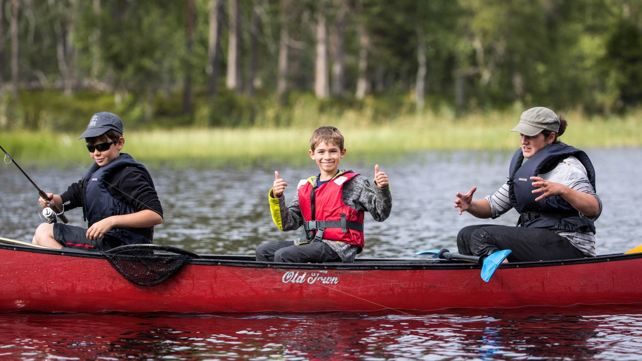 kalastavat_lapset kanootissa